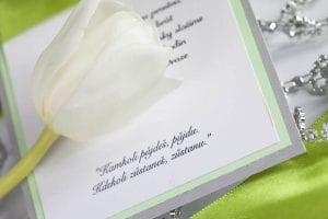 Jednoduché svatební oznámení s perličkami a stuhou