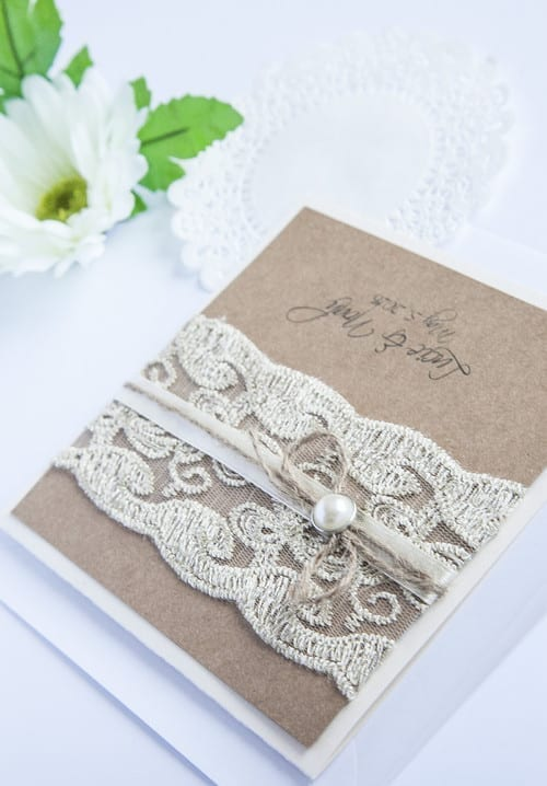 Přírodní svatební oznámení s krajkou a perličkou na kraftovém papíře