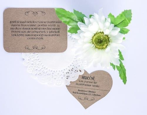 Přírodní pozvánka ke svatebnímu stolu ve tvaru srdce a kartička ohledně darů