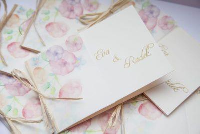 Přírodní svatební oznámení s kytičkami obvázané lýkem