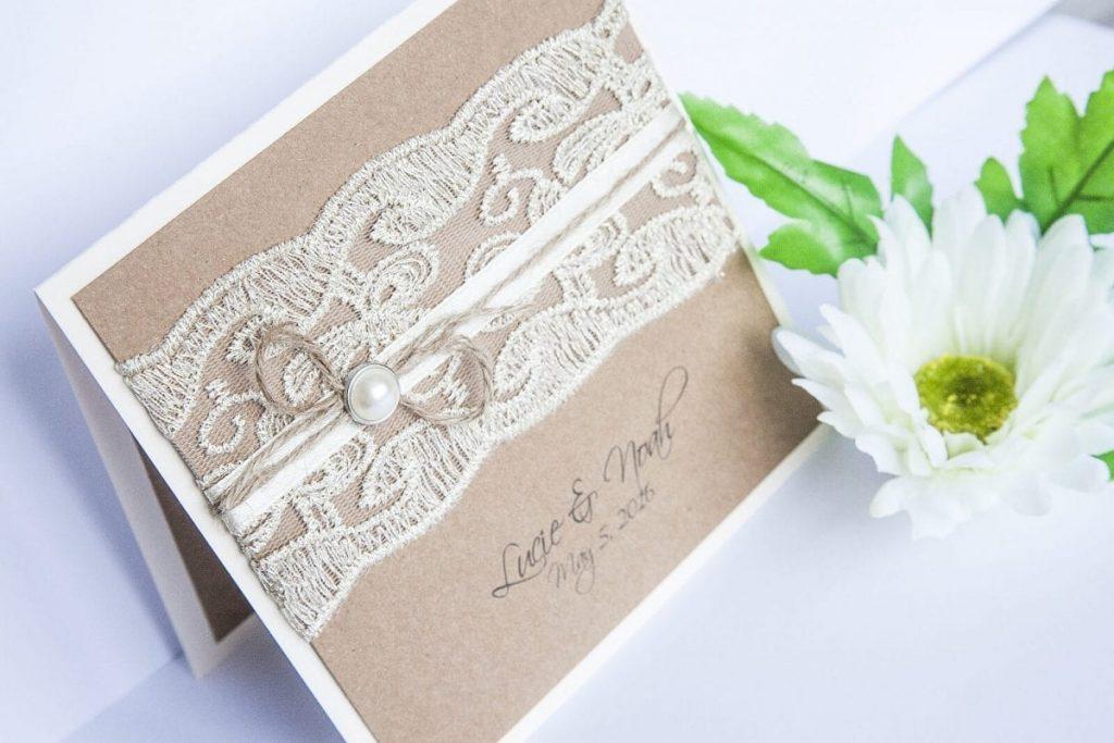 Přírodní svatební oznámení s kraftovým papírem s luxusní krajkou a perličkou