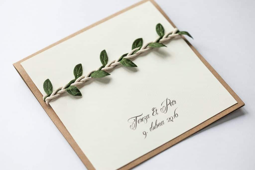 Otevírací čtvercové svatební oznámení v přírodním stylu zdobené lístečky