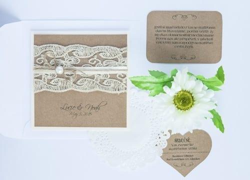 Přírodní svatební oznámení s krajkou a perličkou na kraftovém papíře , kartička jak si říci o dary, pozvánka ke svatebnímu stolu