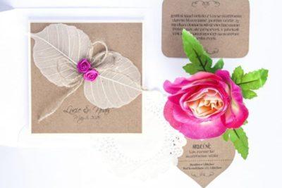 Přírodní svatební oznámení s listy a látkovými růžičkami, pozvánka ke svatebnímu stolu, kartička s žádostí o dary