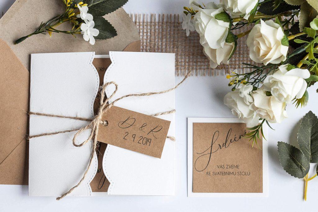Čtvercové rustikální svatební oznámení otevírací s visačkou s iniciály