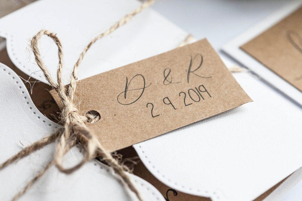 Čtvercové rustikální svatební oznámení otevírací s visačkou s iniciály a provázkem