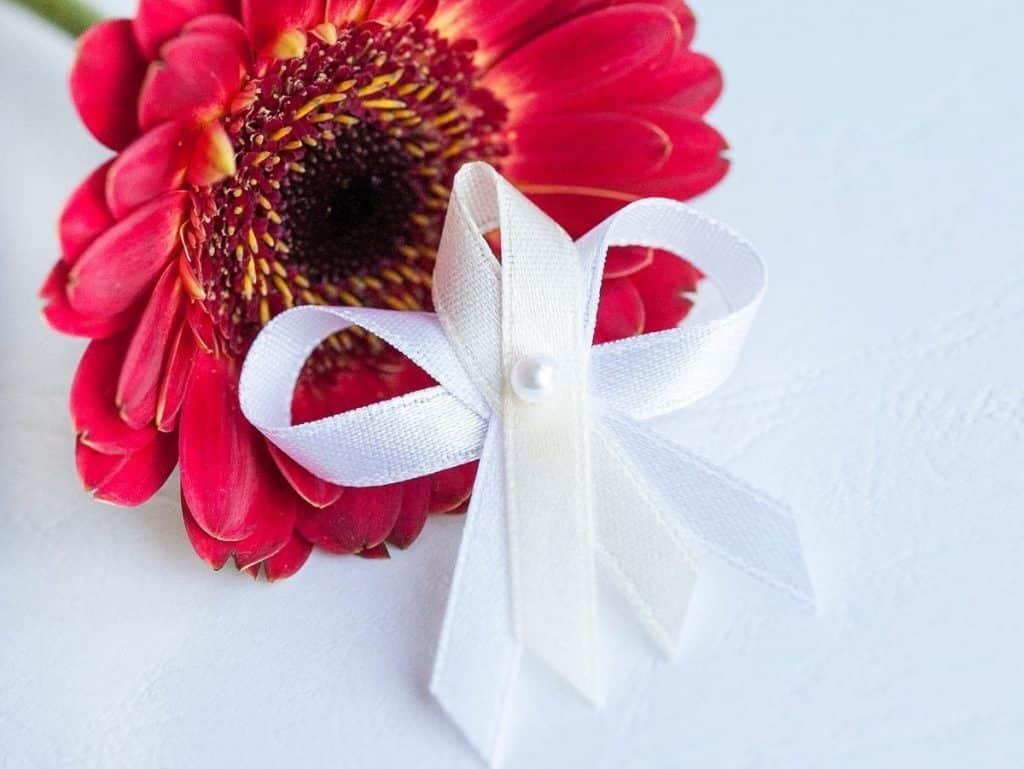 Levné svatební vývazky s perličkou, bílo-smetanová stuha