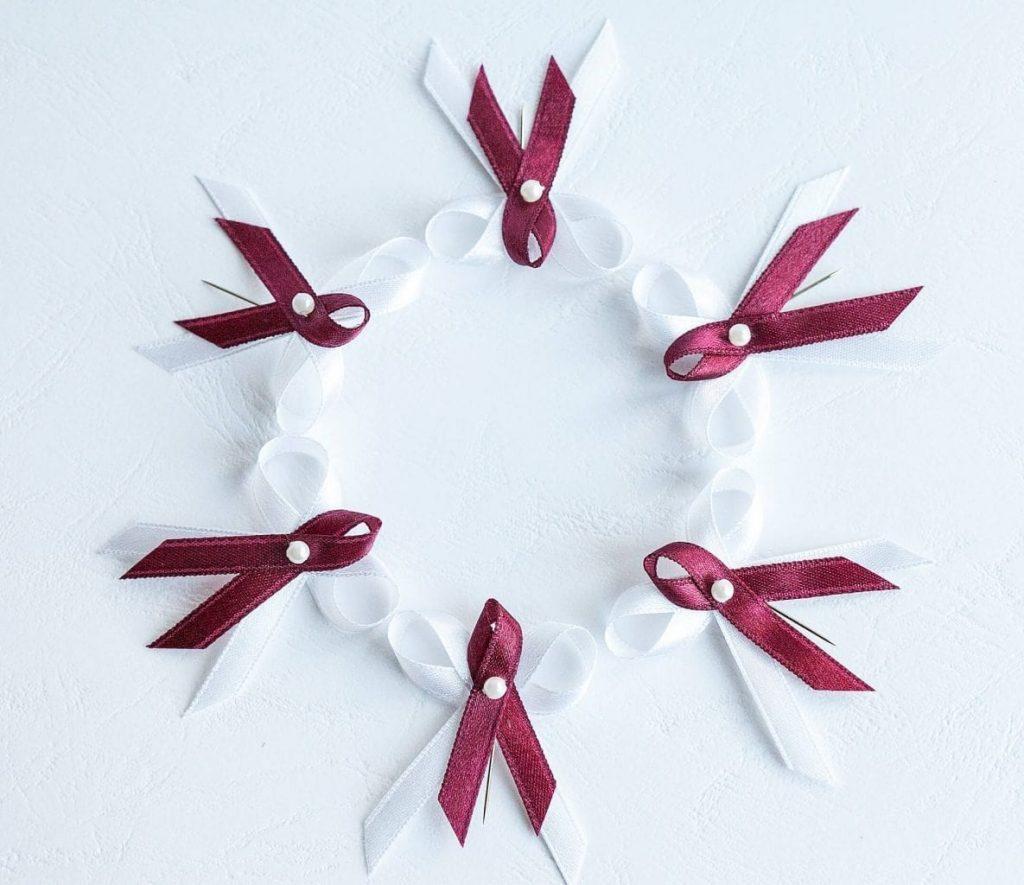 Klasické levné svatební vývazky s perličkou, bílo-bordó kombinace