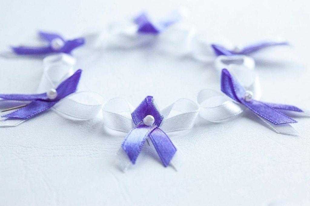 Levné svatební vývazky bílo-fialové