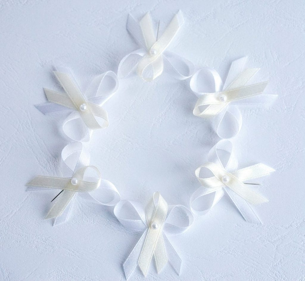 Levné tradiční svatební vývazky s perličkou, bílá a smetanová kombinace