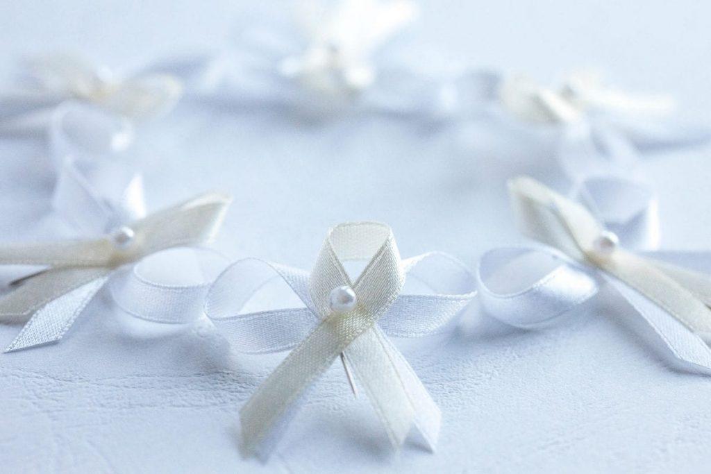 Levné tradiční svatební vývazky s perličkou, bílá a smetanová stuha