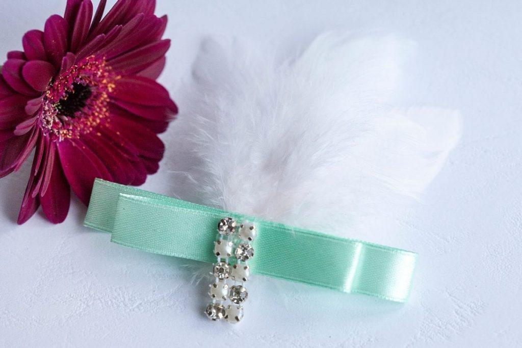 Luxusní svatební vývazek s peříčky a broží mint