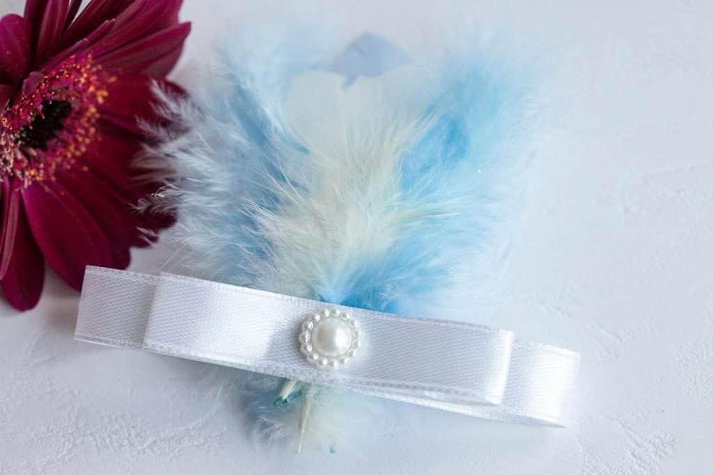 Luxusní svatební vývazek s peříčky, stužkou a perličkou v modré barvě