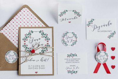 Kompletní sada přírodní svatební oznámení se srdíčky, pozvánka ke svatebnímu stolu, kartička se žádostí o dary, jmenovka, vývazek, přírodní obálka