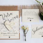 Přírodní romantické svatební oznámení převázané krajkou s dřevěným srdcem sada