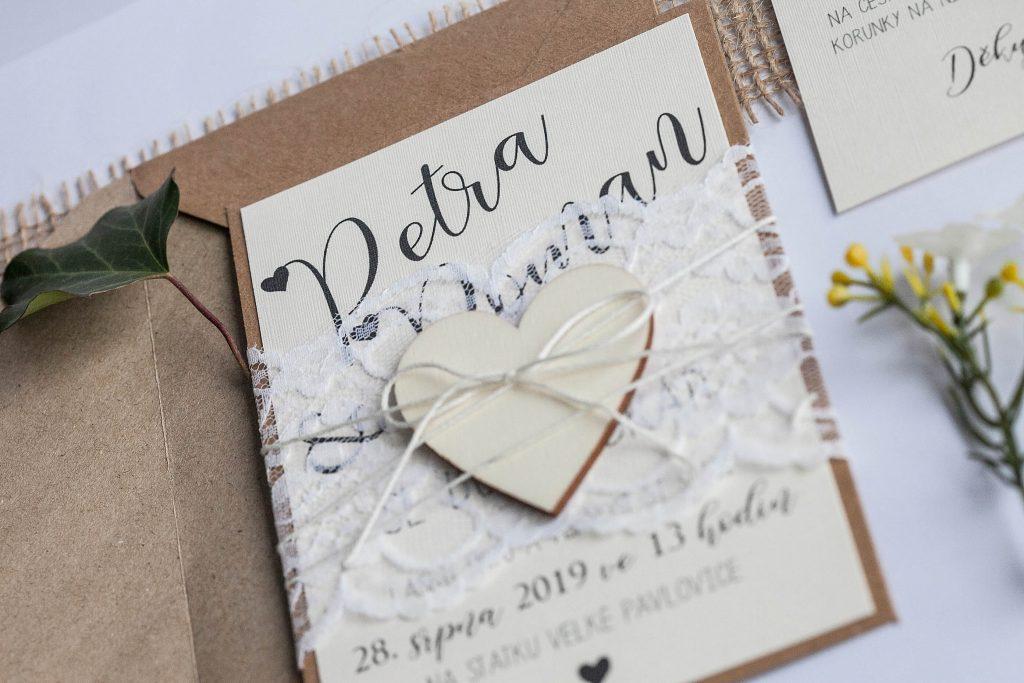 Přírodní svatební oznámení převázané krajkou s dřevěným srdcem