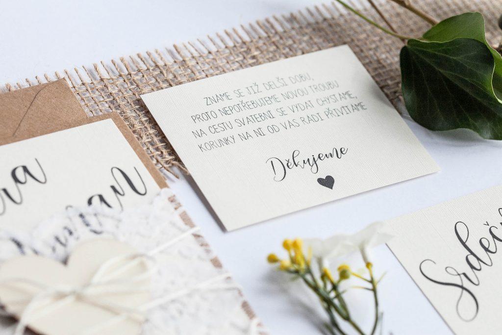 Přírodní romantické svatební oznámení převázané krajkou s dřevěným srdcem kartička dary