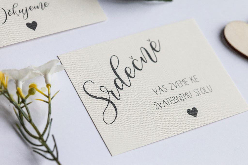 Přírodní romantické svatební oznámení převázané krajkou s dřevěným srdcem pozvánka ke svatebnímu stolu