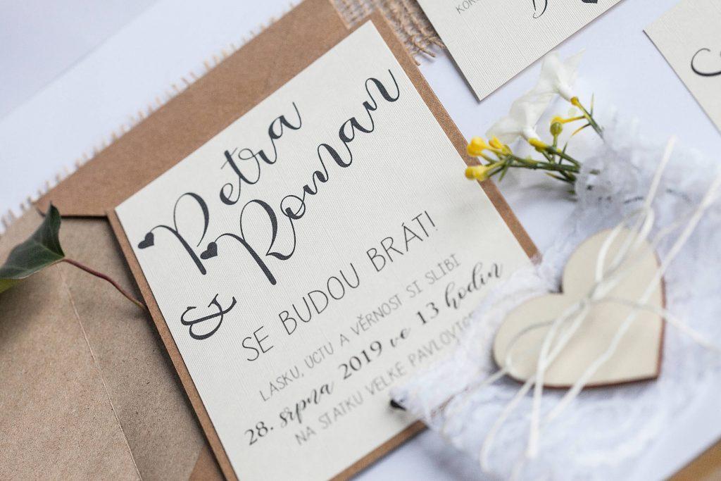 Přírodní romantické svatební oznámení převázané krajkou s dřevěným srdcem