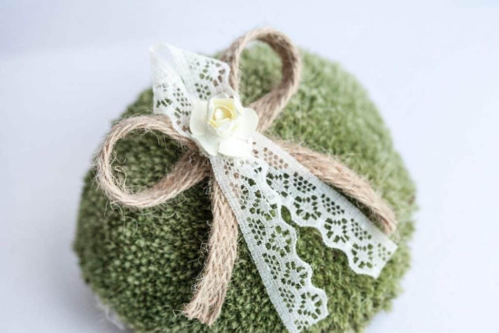Rustikální svatební vývazek s krajkou a kytičkou