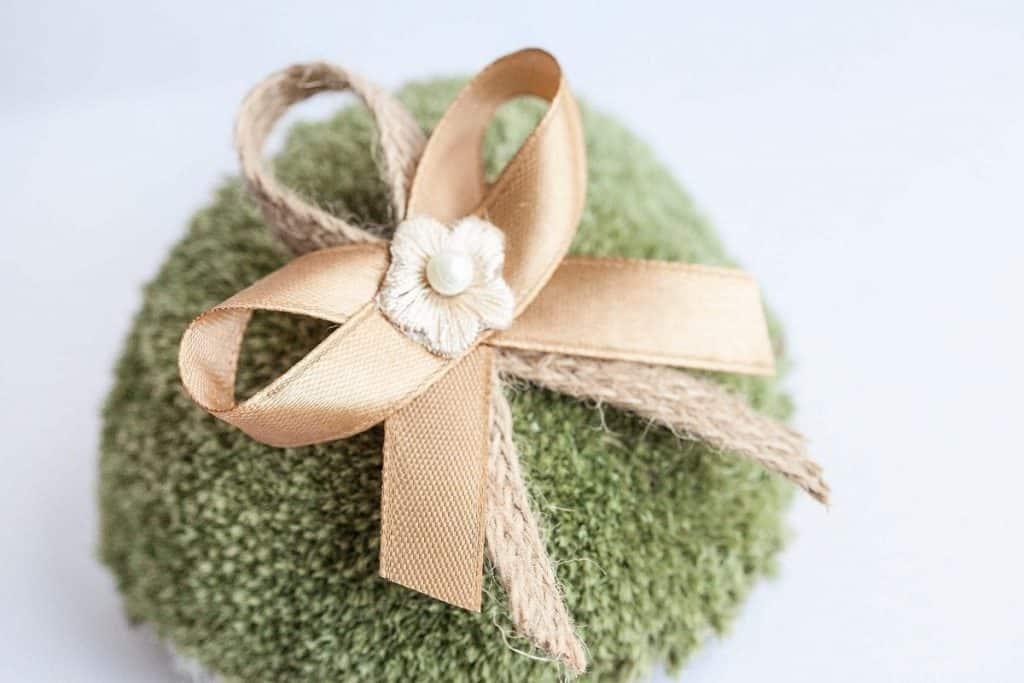 Přírodní svatební vývazek s kytičkou a perličkou zlatavý