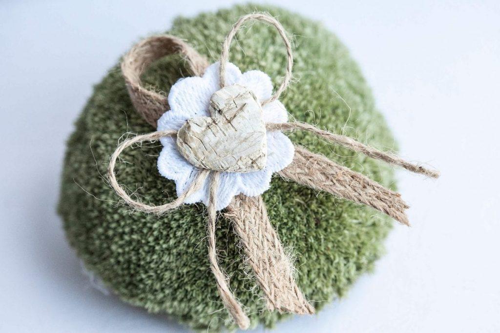 Rustikální svatební vývazek s jutou, kytičkou a srdíčkem s kůry