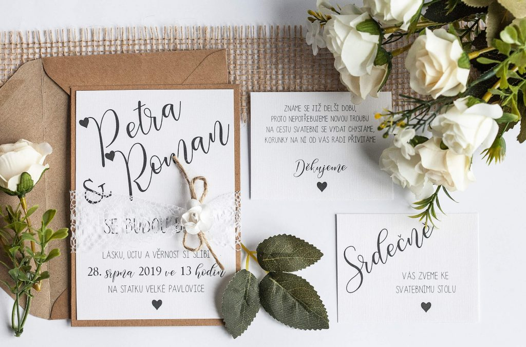 Rustikální svatební oznámení s krajkou a papírovou kytičkou sada