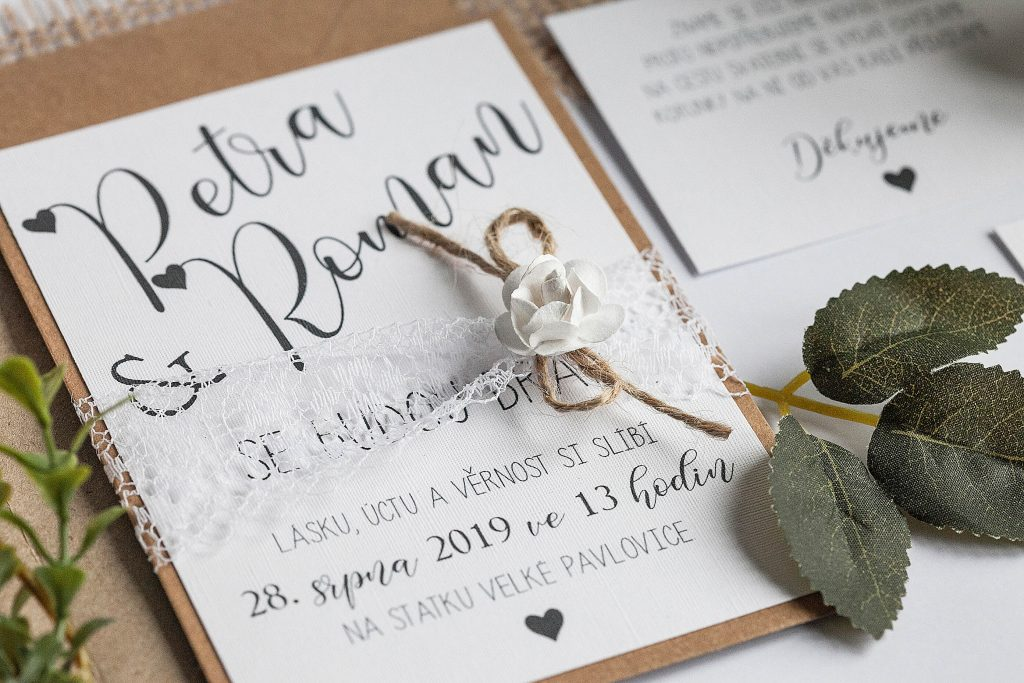 Rustikální romantické svatební oznámení převázané krajkou s papírovou kytičkou