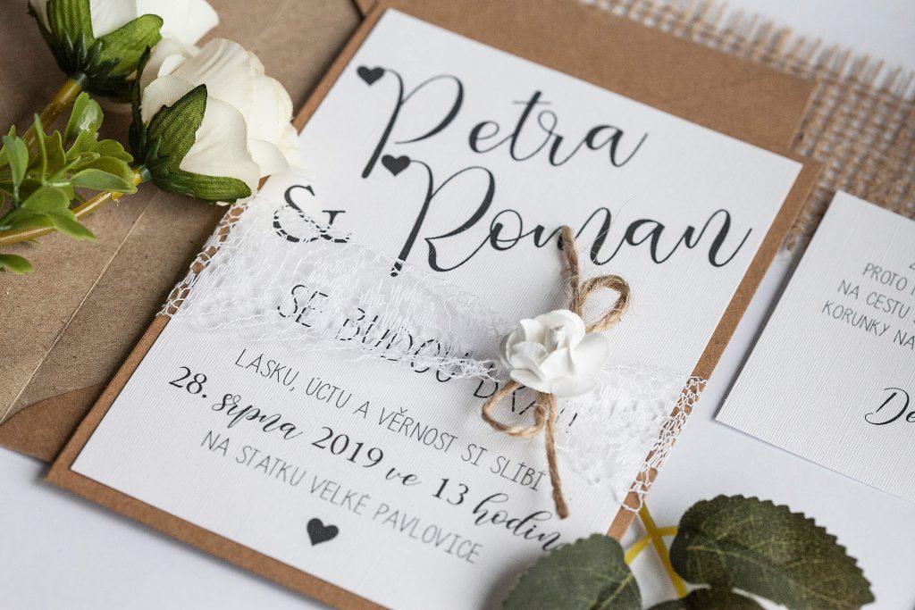 Rustikální svatební oznámení s krajkou a papírovou kytičkou na kraftovém papíře