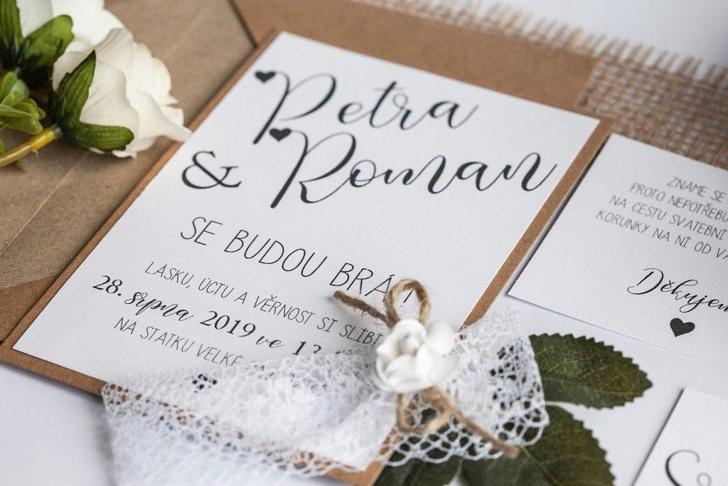 Přírodní svatební oznámení s krajkou a papírovou kytičkou na kraftovém papíře