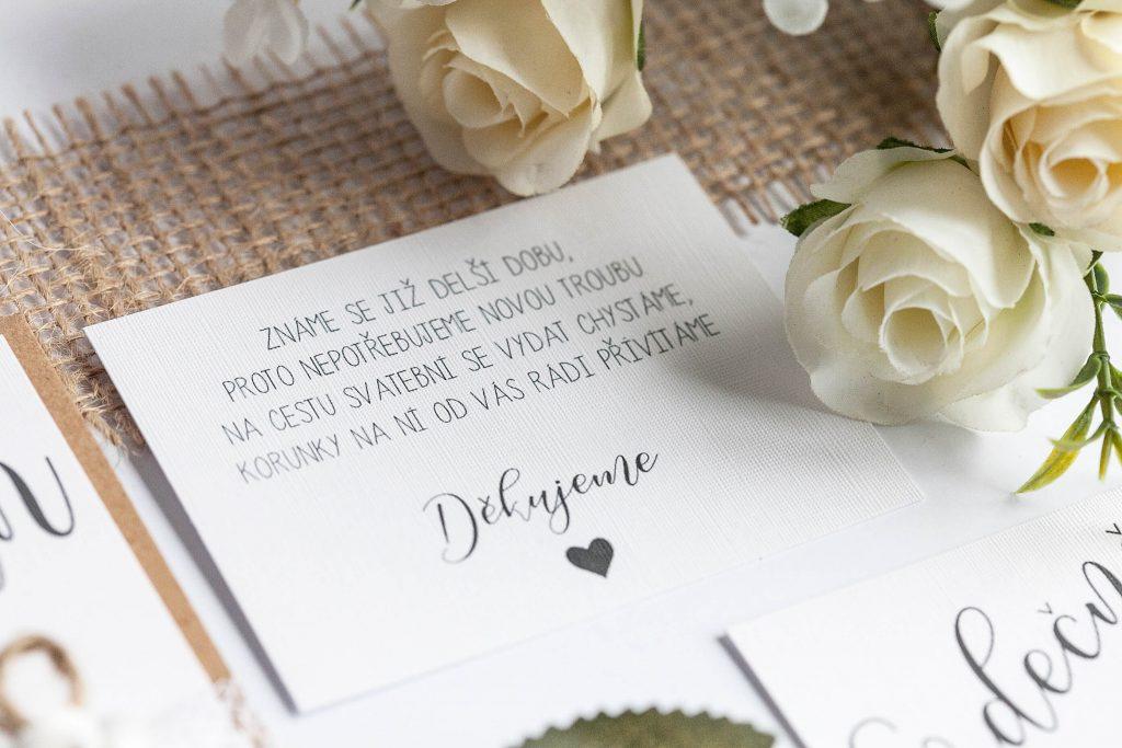 Rustikální svatební oznámení s krajkou a papírovou kytičkou kartička dary