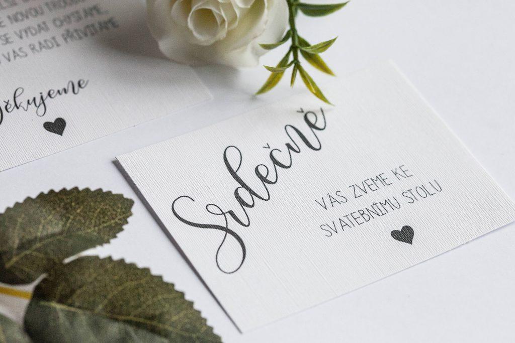 Rustikální svatební oznámení s krajkou a papírovou kytičkou pozvánka ke svatebnímu stolu