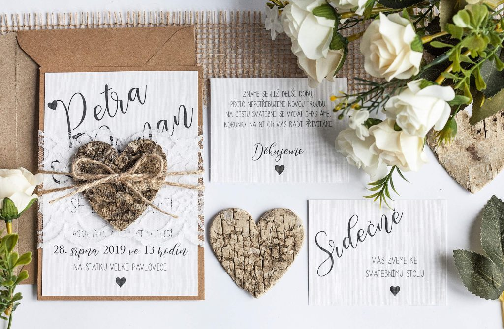 Rustikální svatební oznámení s krajkou a srdcem z kůry