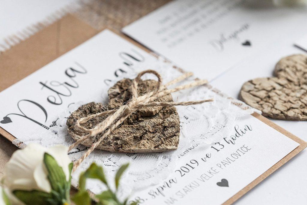Přírodní svatební oznámení s krajkou a srdcem z kůry