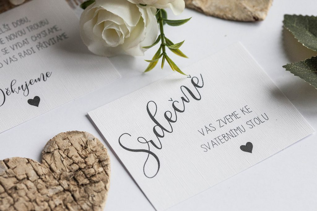 Rustikální svatební oznámení s krajkou a srdcem z kůry pozvánka ke svatebnímu stolu