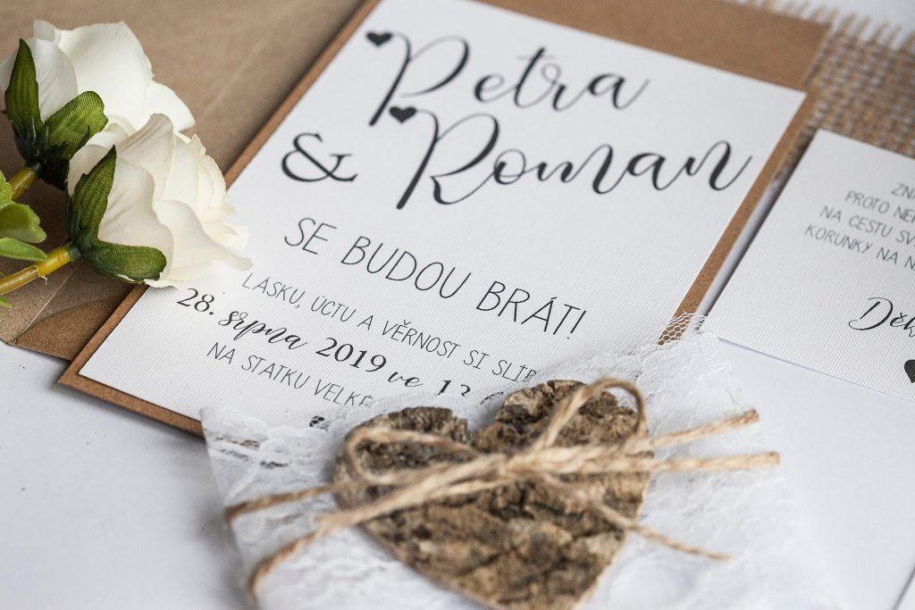 Rustikální svatební oznámení s krajkou a srdcem z kůry na kraftovém papíře