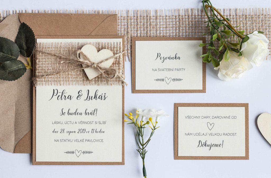 Rustikální svatební oznámení s jutou a dřevěným srdíčkem sada