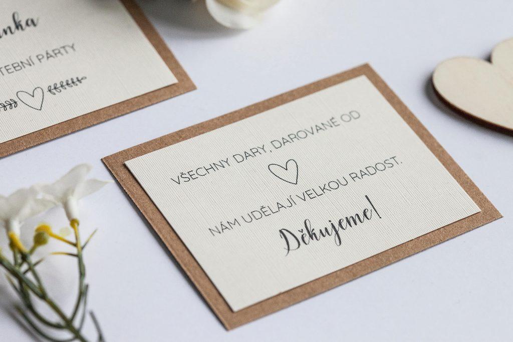 Rustikální svatební oznámení s jutou a a krajkou a perleťovým srdíčkem dary