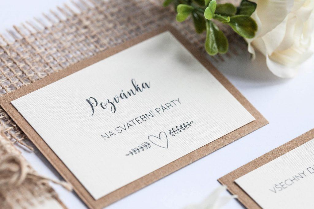 Rustikální svatební oznámení s jutou a krajkou a perleťovým srdíčkem pozvánka