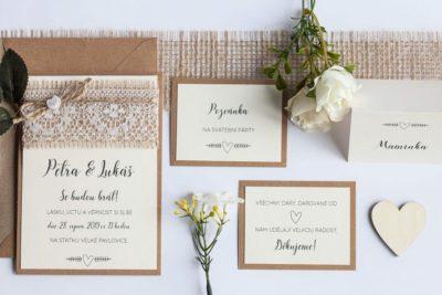Rustikální svatební oznámení s jutou a a krajkou a perleťovým srdíčkem