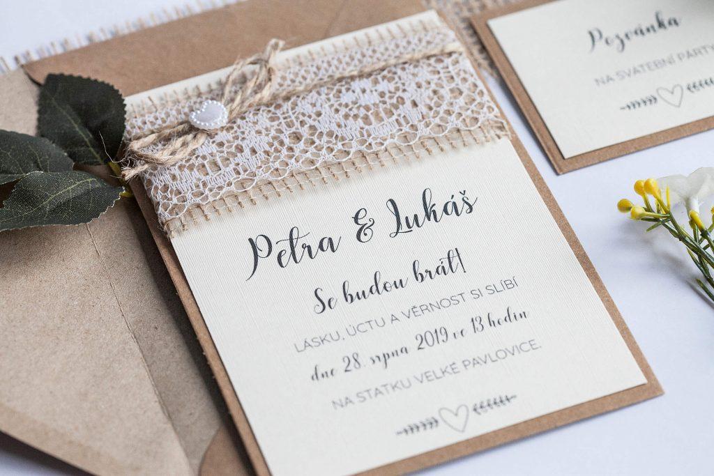 Rustikální svatební oznámení s jutou a a krajkou a perleťovým srdíčkem na kraftovém papíře