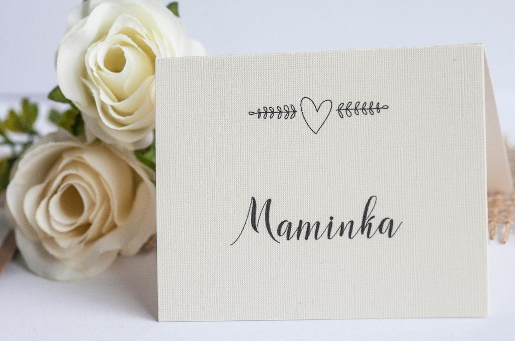 Rustikální svatební oznámení s jutou a a krajkou a perleťovým srdíčkem jmenovka