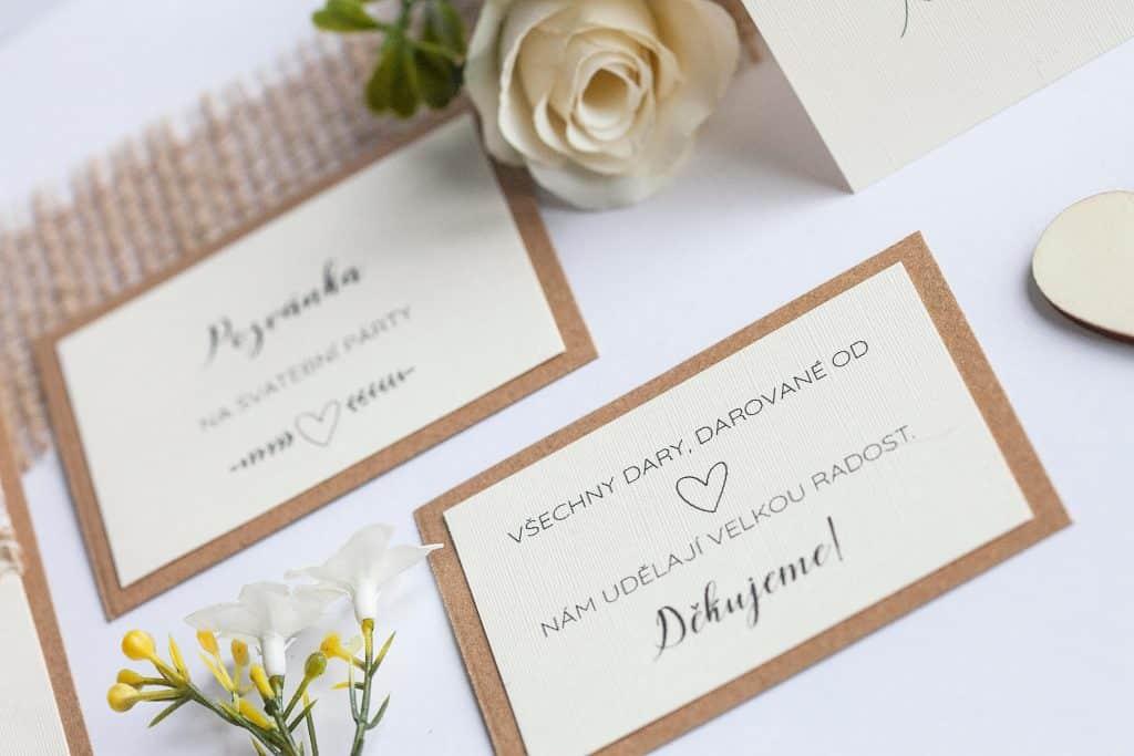 Rustikální svatební oznámení s jutou a a krajkou a perleťovým srdíčkem kartička dary
