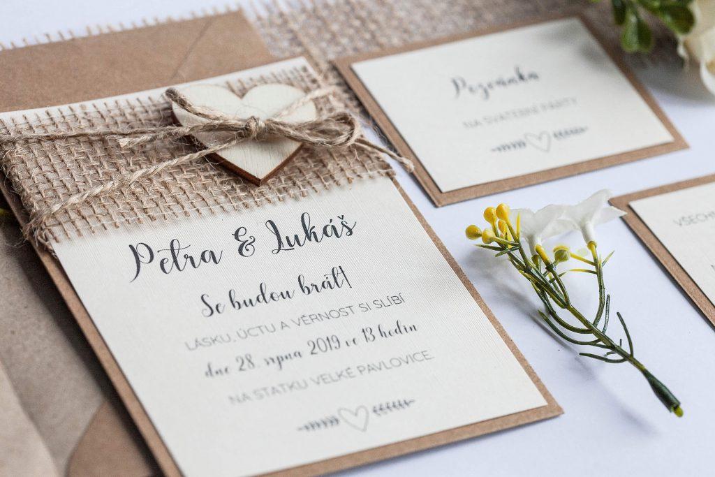 Rustikální svatební oznámení s jutou a dřevěným srdíčkem na kraftovém papíře