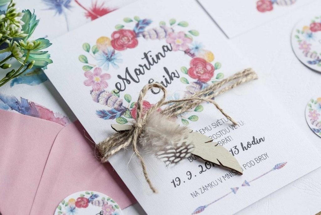 Boho svatební oznámení s květinovým věncem, pozvánka ke svatebnímu stolu