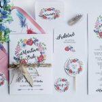 Sada boho svatebních tiskovin - svatební oznámení s květinovým věncem a peříčkem, pozvánka ke stolu, jmenovka, zápich, poděkování rodičům