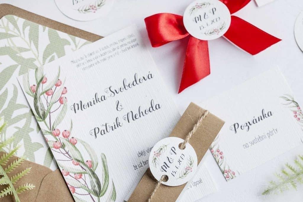 Přírodní svatební oznámení s červenými bobulemi. Pozvánka ke svatebnímu stolu, zápich, jmenovka, svatební vývazek