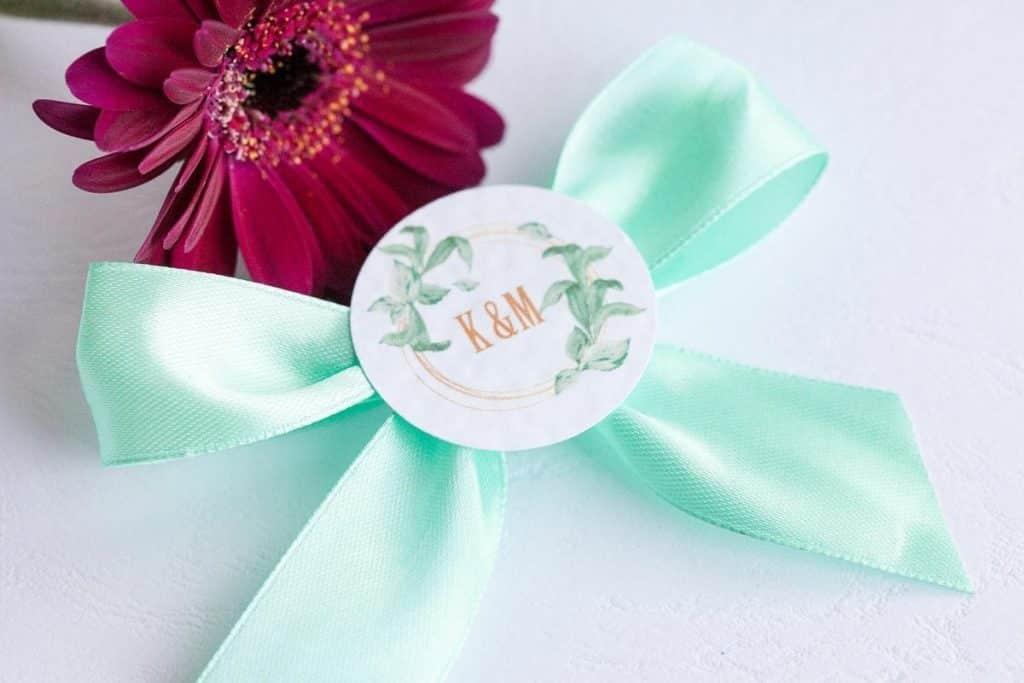 Svatební vývazek se stuhou a ozdobným kolečkem s iniciály mint