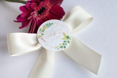 Svatební vývazek se stuhou a ozdobným kolečkem s iniciály smetanová