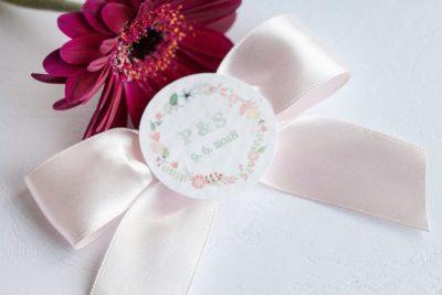 Svatební vývazek se stuhou a ozdobným kolečkem s iniciály světle růžová